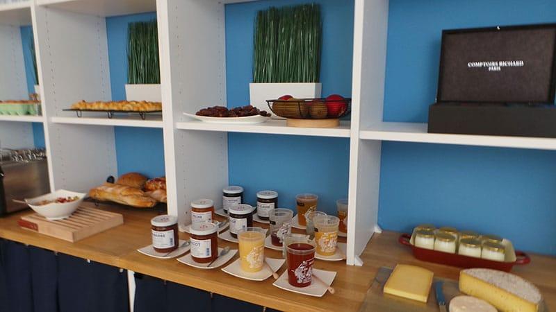 large choix de confiture, miel, fromage petit déjeuner nouvel hotel