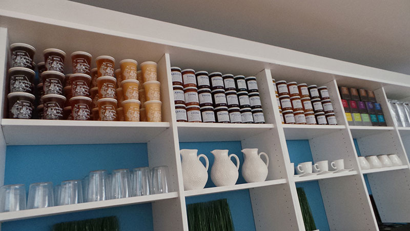 large choix de confiture artisanal, miel du jura et thé de qualité