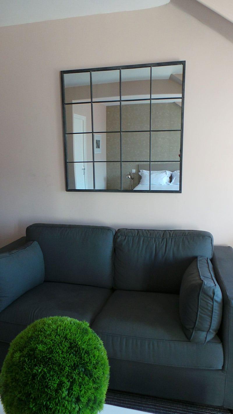 coin détente canapé et miroir lumineux chambre executive